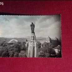 Postales: EXCELENTE POSTAL. AÑOS 50. BILBAO. MONUMENTO SAGRADO CORAZON Y ESTADIO SAN MAMES ATHLETIC BILBAO. Lote 105841031