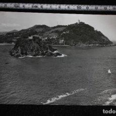 Postales: POSTAL DE SAN SEBASTIAN, ISLA DE SANTA CLARA Y MONTE IGUELDO, 1960. ED. MANIPEL. Lote 113969903