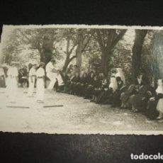 Postales: SAN SEBASTIAN AURRESKU ANTE ANCIANAS Y MONJAS TOMAS BRAVO FOTOGRAFO AÑOS 40 . Lote 128075031