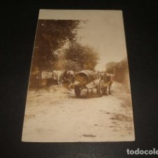 Postales: SAN SEBASTIAN CARRO EN CAMINO POSTAL FOTOGRAFIA ANTERIOR A 1905 POR ANDRES PIRALA. Lote 140129314