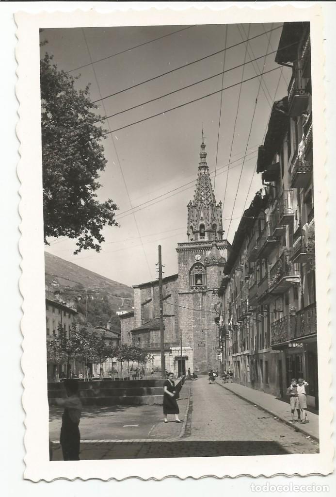 AZPEITIA - CALLE DE SANTIAGO. AL FONDO, IGLESIA PARROQUIAL - Nº 5 ED. J. IRAZU (Postales - España - País Vasco Moderna (desde 1940))