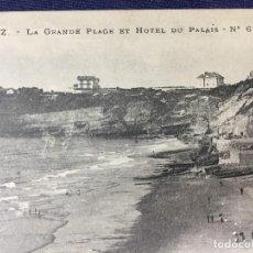 Postales: ANTIGUA TARJETA POSTAL LA GRAN PLAYA DE BIARRITZ Y HOTEL DU PALAIS Nº 67 FINALES S XIX PPIO S XX. Lote 153911026