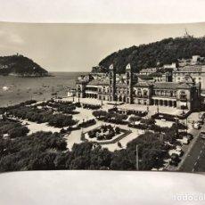 Postales: SAN SEBASTIÁN. POSTAL FOTOGRÁFICA. PARQUE DE ALDERDI-EDER Y AYUNTAMIENTO. EDITA : MANIPEL (H.1950?). Lote 156571820