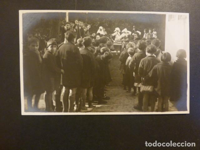 SAN SEBASTIAN MONJAS REPARTIENDO COMIDA A NIÑOS NECESITADOS POSTAL FOTOGRAFICA PHOTO CARTE (Postales - España - Pais Vasco Antigua (hasta 1939))