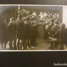 Postales: SAN SEBASTIAN MONJAS REPARTIENDO COMIDA A NIÑOS NECESITADOS POSTAL FOTOGRAFICA PHOTO CARTE. Lote 182172221