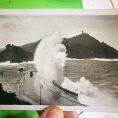 Postales: POSTAL SAN SEBASTIÁN MAR GRUESA EN EL CANTÁBRICO 1962 ESCRITA Y SELLADA. Lote 182768913