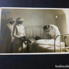 Postales: SAN SEBASTIAN HOSPITAL DE LA CRUZ ROJA ATENCION A HERIDO DE LA GUERRA DE MARRUECOS ENFERMERAS. Lote 183497296
