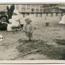 Postales: EL INFANTE D. JAIME DE BORBÓN JUGANDO EN LA PLAYA DE LA CONCHA DE SAN SEBASTIÁN. Lote 203924822