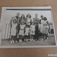 Postales: FOTOGRAFIA DEL REY JUAN CARLOS I, JUNTO A SU HERMANO Y LAS INFANTAS, MIDE 10 X 7,5 CMS.. Lote 204507331