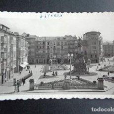 Postales: POSTAL VITORIA. PLAZA DE LA VIRGEN BLANCA. EDICIONES ARRIBAS.. Lote 218271566