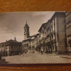 Postales: POSTAL DE VITORIA.CUESTA DE SAN VICENTE.EDICIONES GARCIA GARRABELLA.CIRCULADA EN EL AÑO 52. Lote 245122950