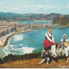 Postales: (60) SAN SEBASTIAN. VISTA DESDE EL MONTE ULIA . VESTIDOS TIPICOS ... SIN CIRCULAR. Lote 246161195
