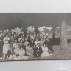 Postales: ANTIGUA FOTOGRAFIA EN FORMATO POSTAL - POSIBLEMENTE FAMILIA CELEBRACIÓN FIESTA EN DEVA - GUIPUZCOA -. Lote 252765250