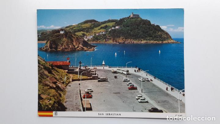 POSTAL SAN SEBASTIÁN (GUIPÚZCOA), PASEO NUEVO Y MONTE IGUELDO, MANIPEL SEAT RENAULT LAND ROVER (Postales - España - País Vasco Moderna (desde 1940))