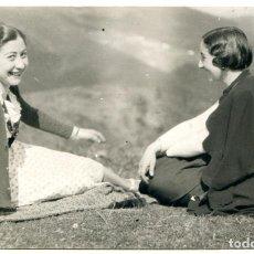 Postales: BILBAO, ARRÁIZ, POSTAL FOTOGRÁFICA DE DOS SEÑORITAS EN LA HIERBA, 1934. Lote 295983563