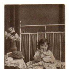 Postales: POSTAL PUBLICITARIA DE CHOCOLATE AMATLLER. NIÑA COMIENDO CHOCOLATE. . Lote 27821441