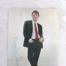Postales: POSTAL DE RAPHAEL CON AUTOGRAFO.. Lote 30825890