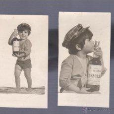 Postales: DOS FOTOS ORIGINALES DE NIÑO CON BOTELLA DE OSBORNE,PUERTO DE SANTA MARÍA,CÁDIZ.. Lote 49521005