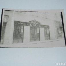 Postales - FOTO POSTAL DE TIENDA DIELECTRO, APARATOS DE RADIO, FONO, AÑOS 30, TAMAÑO POSTAL - 87298260
