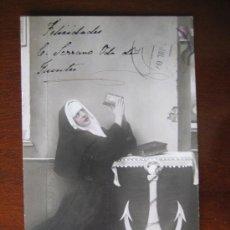 Postales: POSTAL MONJA RELIGIOSA ORANDO REZANDO. CIRCULADA EN 1907. Lote 27725489