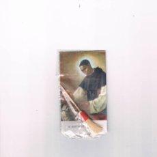 Postales: ESTAMPA ANTIGUA SAN MARTÍN DE PORRES INCLUYE ESCOBA DE MADERA 1962 FOURNIER VITORIA. Lote 103390218