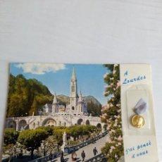 Postales: RARA POSTAL DE LOURDES DE LA BASILICA CON MEDALLA AÑOS 70. Lote 60659411