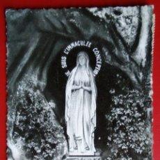 Postales: BONITA POSTAL FRANCIA LOURDES LA VIRGEN EN LA GRUTA ESCRITA 1958. Lote 145010737