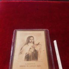 Postales: ESTAMPA RELIGIOSA CON RELIQUIA DE SANTA TERESA DEL NIÑO JESÚS EN FRANCÉS. Lote 153197913