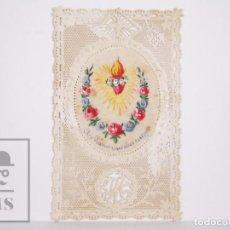 Postales: ANTIGUA ESTAMPA RELIGIOSA PINTADA A MANO Y CON PUNTILLA - SAGRADO CORAZÓN DE MARÍA -PRINCIPIOS S. XX. Lote 167916808