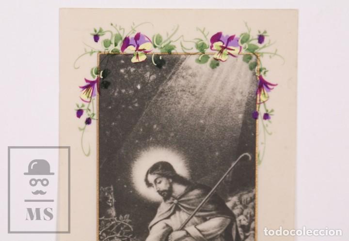 Postales: Antigua Estampa Religiosa de Celuloide - Jesús como Pastor - Principios Siglo XX - Pintada a Mano - Foto 2 - 168828656