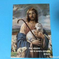 Postales: ESTAMPA LAMINA DE JESUS EL BUEN PASTOR 21 X 14,5 CM HAY ALGUIEN QUE TE ESPERA SIEMPRE: JESUS. Lote 176057235