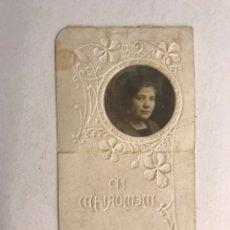 Postales: OBITUARIO. ESTAMPA TROQUELADA RECORDATORIO DEFUNCIÓN DE UNA JOVEN (H.1910?). Lote 177269344