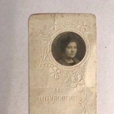 Postales: OBITUARIO. ESTAMPA TROQUELADA RECORDATORIO DEFUNCIÓN DE UNA JOVEN (H.1910?). Lote 177269470