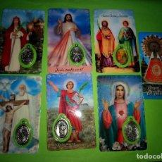 Postales: LOTE 7 ESTAMPAS RELIGIOSAS BOLSILLO CON MEDALLA Y ORACION SIN USO.. Lote 195137227
