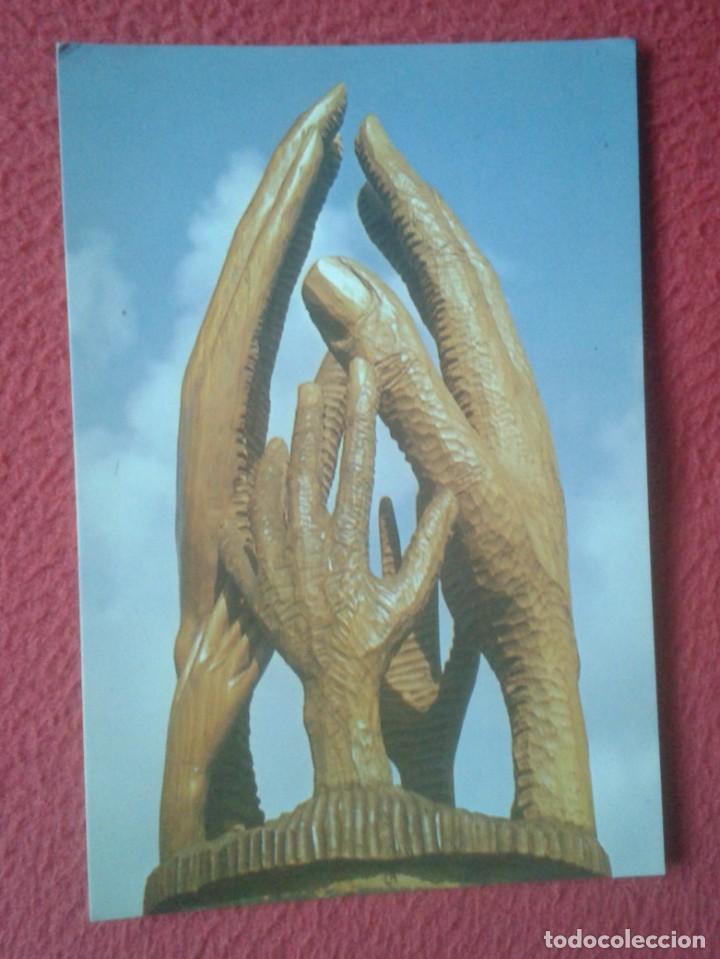 TARJETA TIPO POSTAL CARD RECORDATORIO RELIGIÓN ? MANOS FAMILIA CEDRO ESCULTOR SEGUNDO GUTIÉRREZ 1987 (Postales - Postales Temáticas - Religiosas y Recordatorios)