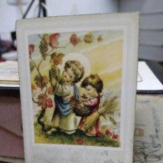 Postales: RECORDATORIO COMUNIÓN NIÑOS CON UVAS 1959. PAPEL-44. Lote 227242335