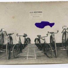 Cartes Postales: LOGROÑO. BICICLETAS VICTORIA, FABRICADAS EN LOS TALLERES DE DON CESÁREO RUIZ, POSTAL FOTOGRÁFICA. Lote 78308341