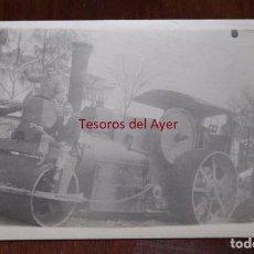 Postales: FOTOGRAFIA DE LOCOMOTORA A VAPOR O APISONADORA, CON LOS OPERARIOS Y MECANICOS, FECHADA POR EL REVERS. Lote 95985407