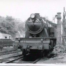 Postales: FERROCARRIL-MÁQUINA DE TREN RENFE-CARGANDO AGUA- FOTO ORIGINAL 9X11,5- ÚNICA RARA. Lote 103999995