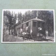 Postales: ANTIGUA FOTO-POSTAL DE VAGÓN AUTOMOTRIZ JUNTO A DEPÓSITO DE AGUA. SIN CIRCULAR.. Lote 180004517