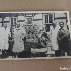 Postales: FOTOGRAFIA DE TRABAJADORES DE TALLER FERROVIARIO, MOTOR DIESEL, TAMAÑO POSTAL.. Lote 204527750