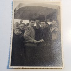 Postales: FOTOGRAFÍA FRANCESA DE GENTE SUBIDA A UN TRANVÍA. 1940S 1950'S. Lote 205232226