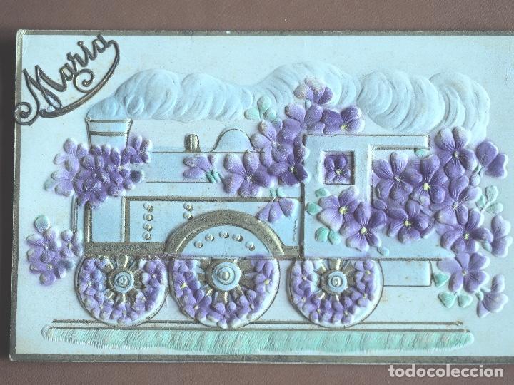 POSTAL EN RELIEVE CON FLORES EN TERCIOPELO ADHERIDAS. 1910 . ESCRITA (Postales - Postales Temáticas - Trenes y Tranvías)