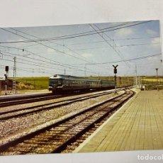 Postales: TARJETA POSTAL. PASO DE UN TREN INDEFORMABLE POR LA ESTACION. COLECCION RENFE. SERIE V-4. Lote 254980865