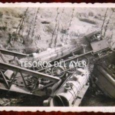 Postales: FOTOGRAFIA INEDITA DE ACCIDENTE FERROVIARIO, DOS LOCOMOTORAS SOBRE PUENTE DE HIERRO, AÑOS 40/50, LUG. Lote 267157364