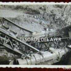 Postales: FOTOGRAFIA INEDITA DE ACCIDENTE FERROVIARIO, DOS LOCOMOTORAS SOBRE PUENTE DE HIERRO, AÑOS 40/50, LUG. Lote 267157389