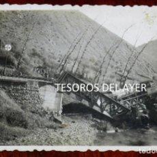 Postales: FOTOGRAFIA INEDITA DE ACCIDENTE FERROVIARIO, DOS LOCOMOTORAS SOBRE PUENTE DE HIERRO, AÑOS 40/50, LUG. Lote 267157454