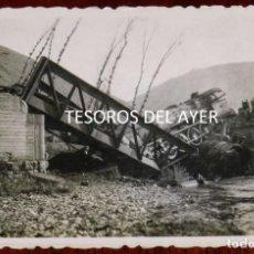 Postales: FOTOGRAFIA INEDITA DE ACCIDENTE FERROVIARIO, DOS LOCOMOTORAS SOBRE PUENTE DE HIERRO, AÑOS 40/50, LUG. Lote 267157489