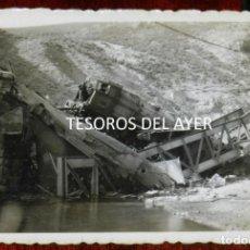 Postales: FOTOGRAFIA INEDITA DE ACCIDENTE FERROVIARIO, DOS LOCOMOTORAS SOBRE PUENTE DE HIERRO, AÑOS 40/50, LUG. Lote 267157509
