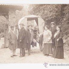 Postales: POSTAL EN BLANCO Y NEGRO - GRUPO DE GENTE ELEGANTE CON CARRUAJE Y POLICIA. Lote 37361646